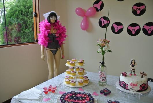 Chá de Lingerie decoração com plaquinhas com personalizadas com calcinhas rosa na parede