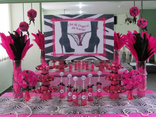 Chá de Lingerie decoração com plumas pretas e rosas
