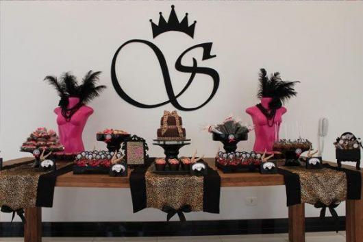 Chá de Lingerie decoração com escultura de busto rosa