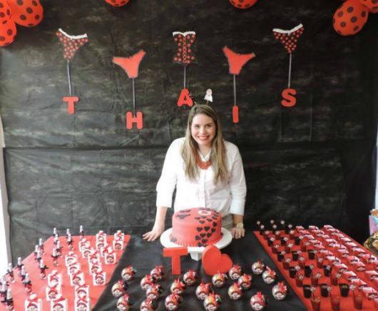 Chá de Lingerie decoração com apliques no formato de lingerie vermelha
