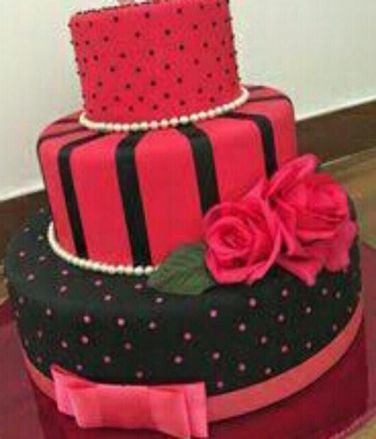 Chá de Lingerie bolo com decoração preta e rosa com flores