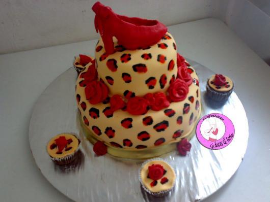 Chá de Lingerie bolo estilo animal print com rosas vermelhas