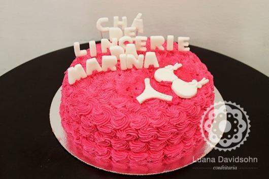 Chá de Lingerie bolo decorado com chantilly rosa