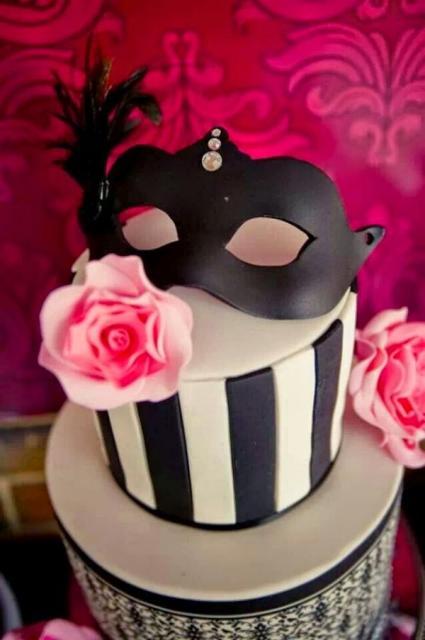 Chá de Lingerie bolo preto e branco com máscara no topo