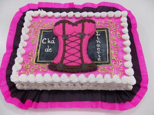 Chá de Lingerie bolo decorado com chantilly branco e rosa