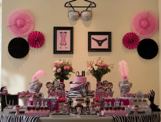 Chá de Lingerie decoração com flores de papel rosas e pretas