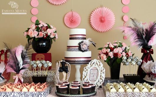 Chá de Lingerie decoração com flores de papel rosa