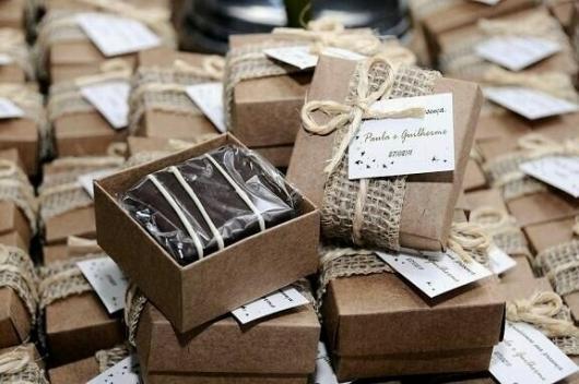 Caixinha decorada para embalar bem-casado