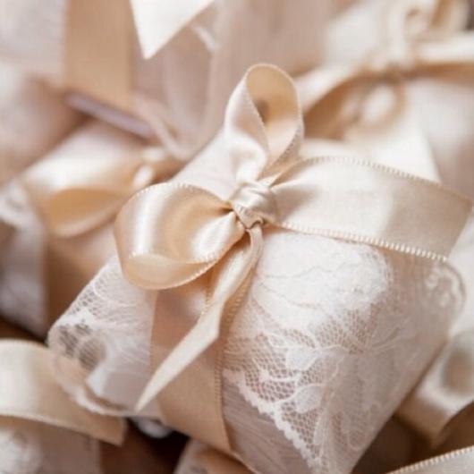 A renda branca é a mais requisitada para decorar bem-casados