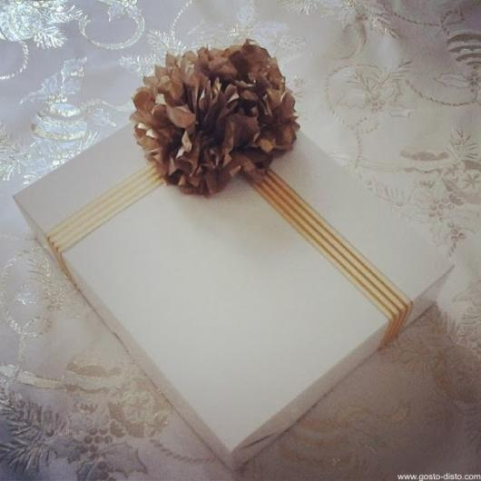 Como Embrulhar Presente branco com laço dourado