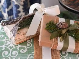 Como Embrulhar Presente com papel craft e pinha para o Natal