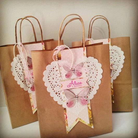 Como Embrulhar Presente sacola de papel craft com aplique de borboletas e coração vazado