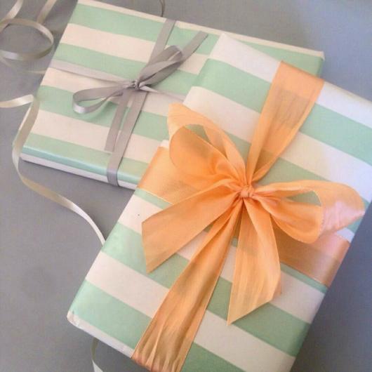 Como Embrulhar Presente com papel verde e branco e laço dourado