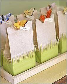 Como Embrulhar Presente com saco de papel e aplique de borboleta