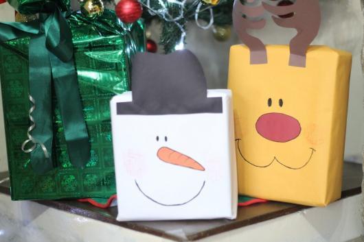 Como Embrulhar Presente de Natal com personagens natalinos desenhos no pacote