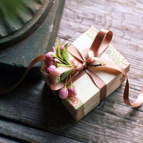 Como Embrulhar Presente com caixa de papel e laço dourado