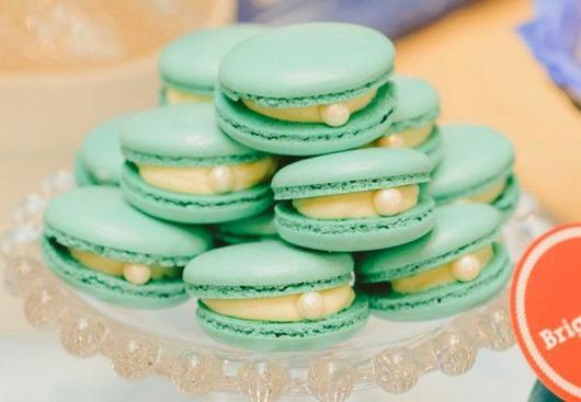 como fazer macarons verdes decorados com pérola comestível
