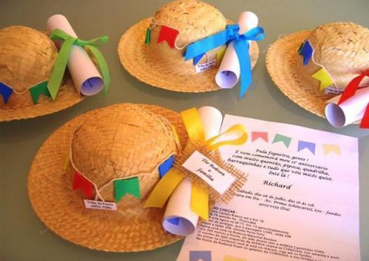 Convite Festa Junina com mini chapéu de palha