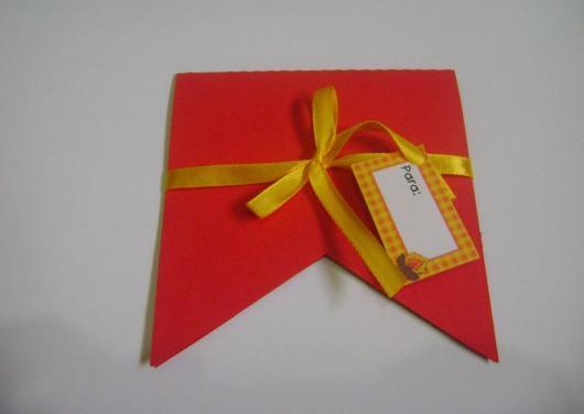 Convite Festa Junina com formato de bandeirinha vermelha com laço amarelo