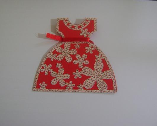 Convite Festa Junina com formato de vestido vermelho florido