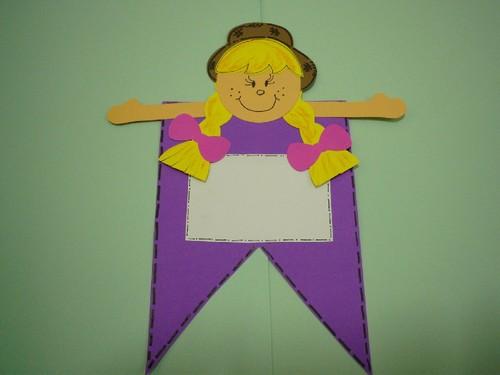 Convite Festa Junina com formato de bandeirinha lilás com aplique de menina caipira