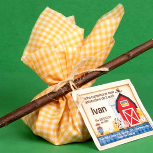 Convite Festa Junina com formato de trouxa de comida