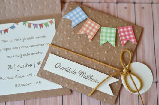 Convite Festa Junina com papel craft e bandeirinhas