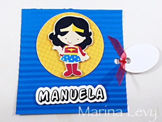 Convite Mulher Maravilha scrap com aplique 3D
