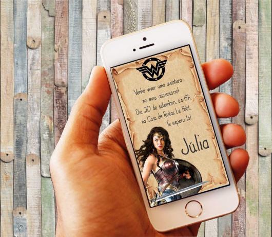 Convite Mulher Maravilha virtual com fundo estilo pergaminho