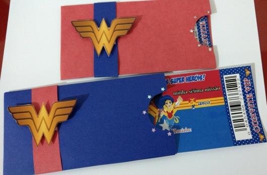 Convite Mulher Maravilha ingresso com envelope azul