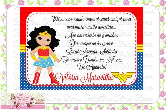 Convite Mulher Maravilha cartão com com estampa de bolinhas