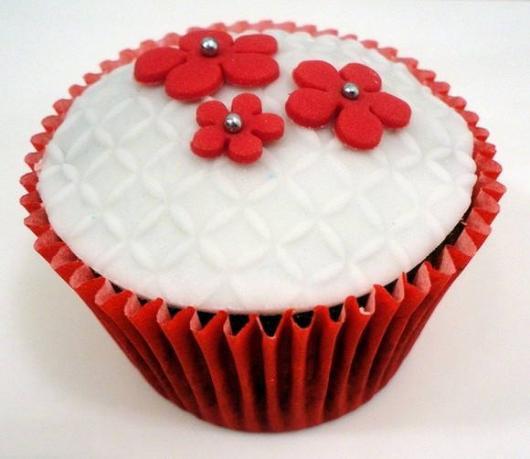 cupcake com pasta americana decorado com flores
