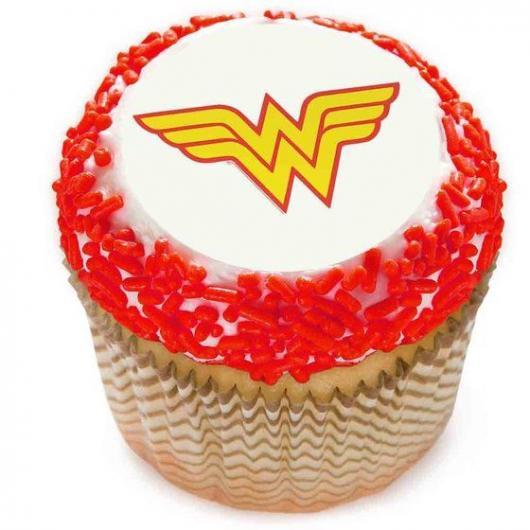 cupcake mulher maravilha com granulado vermelho