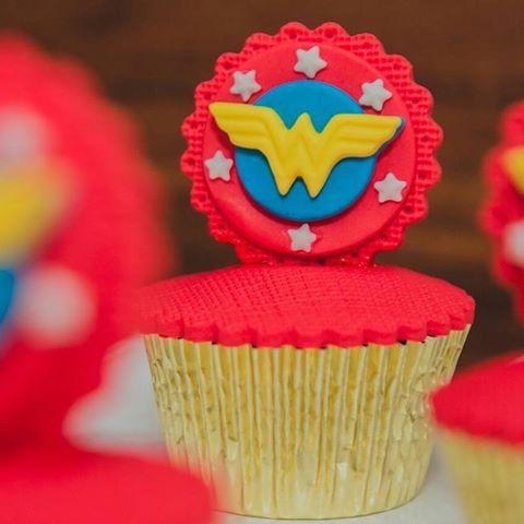 cupcake mulher maravilha com pasta americana vermelha