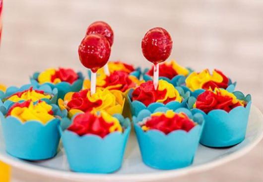 cupcake mulher maravilha simples com pirulito