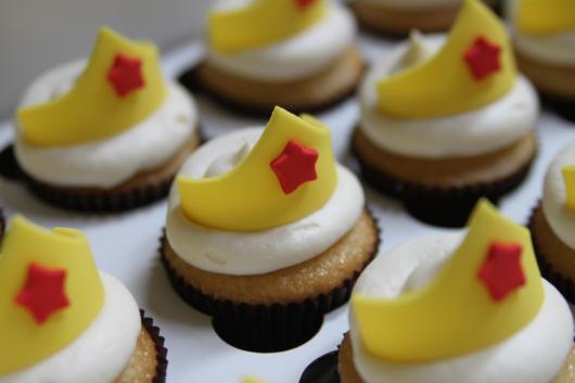 cupcake mulher maravilha com pasta americana