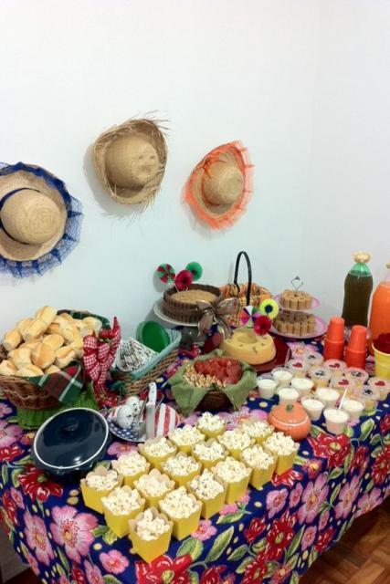 Decoração de Festa Junina Simples com chapéu de palha na parede