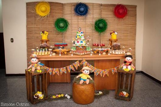 Decoração de Festa Junina Simples com painel de palha e chapéus de palha coloridos