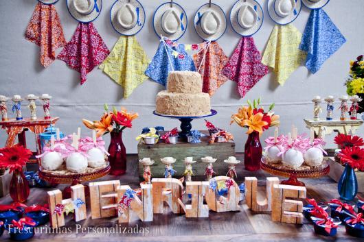 Decoração de Festa Junina Simples com painel de chapéus