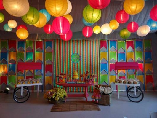 Decoração de Festa Junina Simples com painel de fitas coloridas