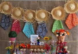 Decoração de Festa Junina Simples com painel de chapéus e lenços coloridos