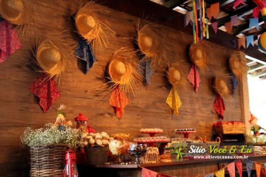 Decoração de Festa Junina Simples com painel feito com chapéus de palhas
