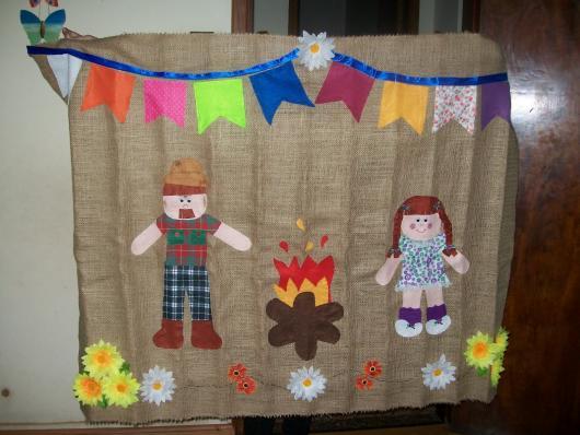 Decoração de Festa Junina Simples com painel de palha e apliques de EVA