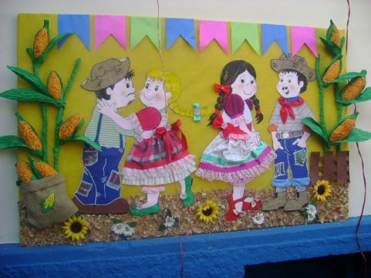 Decoração de Festa Junina Simples com painel de EVA e bandeirinhas coloridas