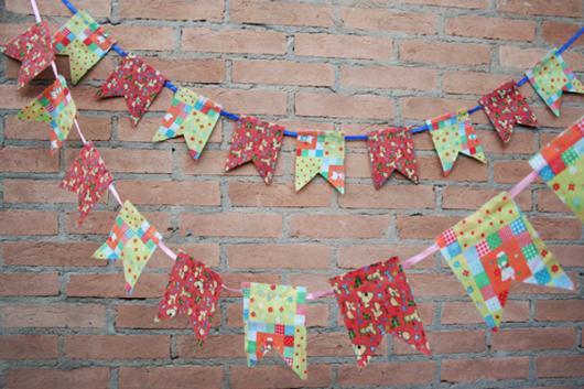 Decoração de Festa Junina Simples com bandeirinhas vermelhas e verdes