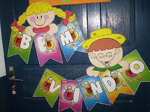 Decoração de Festa Junina Simples com bandeirinhas personalizadas na porta