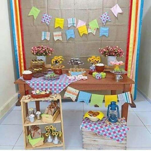 Decoração de Festa Junina Simples com bandeirinhas na parede da mesa