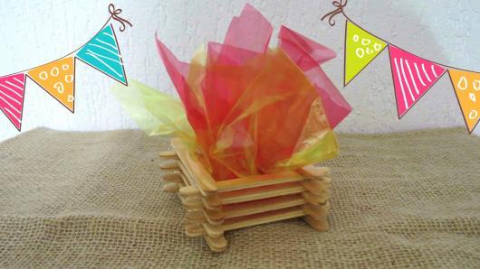decoração de festa junina simples fogueira feita com palitos e plástico colorido