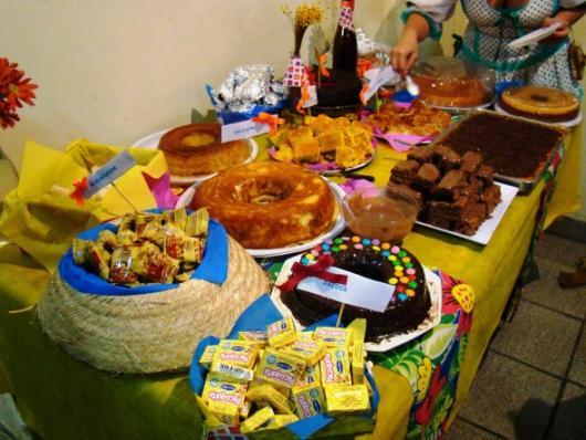 Decoração de Festa Junina Simples com toalha de mesa amarela