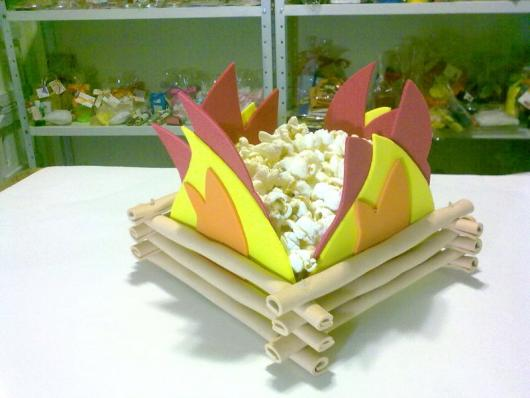 decoração de festa junina simples fogueira com pipoca